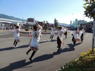 新内港を練り踊ります