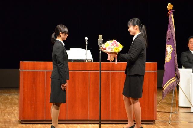 2年生学友会長から新入生代表へ歓迎の意を込めて、花束贈呈がありました。