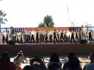 ステージで踊りを披露