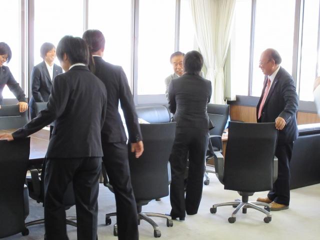 9月1日〜広島県で行われる全日本選手権で好成績を修めることを誓い、最後に石橋市長とキャプテンの吉松玲奈が固い握手をしました。