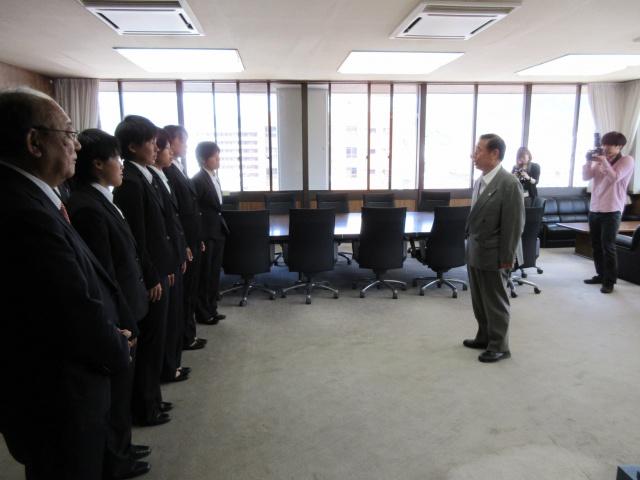 顧問の宮尾先生とソフトボール部員で宇和島市長を表敬訪問いたしました。