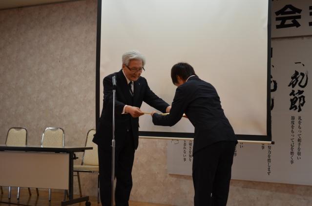 大橋博理事長よりサッカー日本代表 上野真実選手へ理事長賞が授与されました。